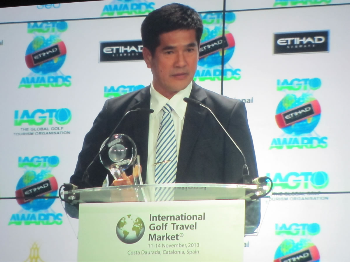 Hua Hin's Lord Mayor, Khun Nopporn Vuttikul, receiving the Golf Destination of the Year Asia/Australasia 2014 Award.
